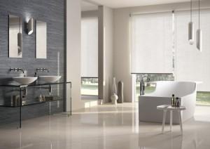 Cortinas enrollables techo-piso para baños modernos y espaciosos.
