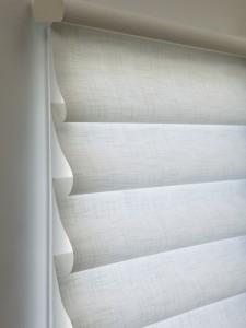 Modernas cortinas estilo Romana, en colores claros. Vida y elegancia para el hogar.